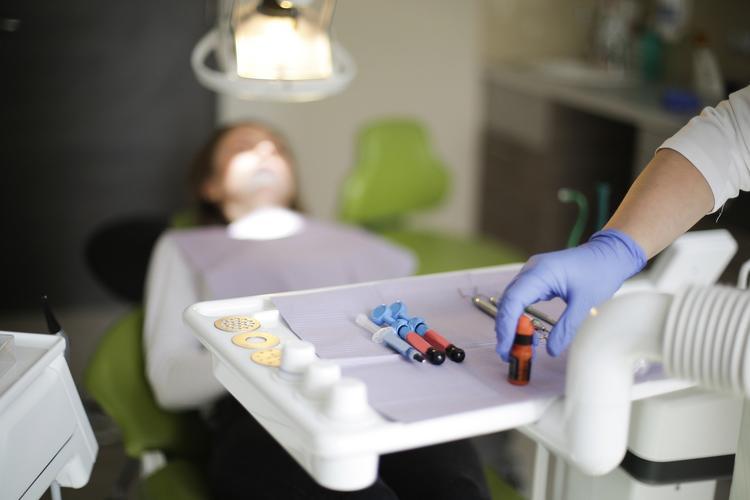 кариес между зубами лечение