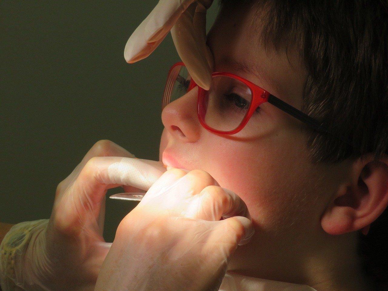 белые пятна на постоянных зубах у ребенка